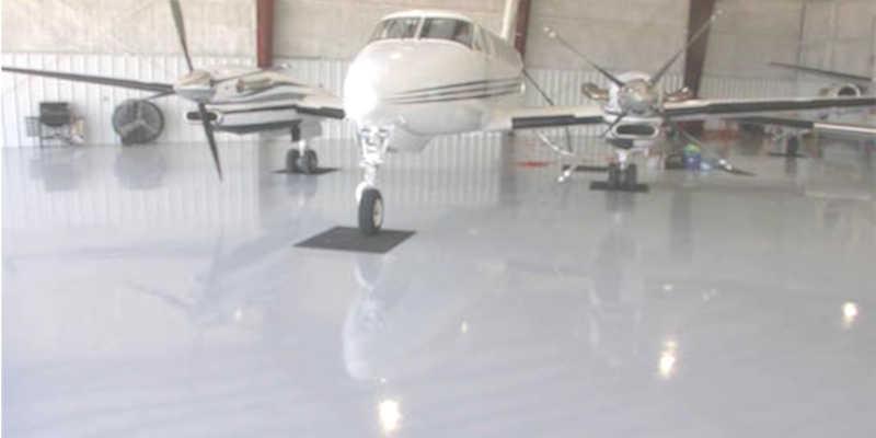 Suelo de pintura epóxica en hangar