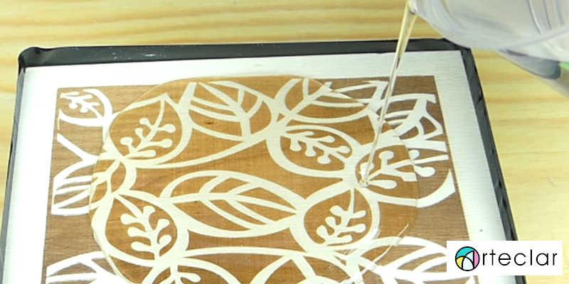 Aplicando resina epoxi sobre madera