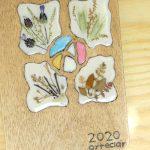 Cubierta de madera y resina epoxi: manualidad con madera y flores secas